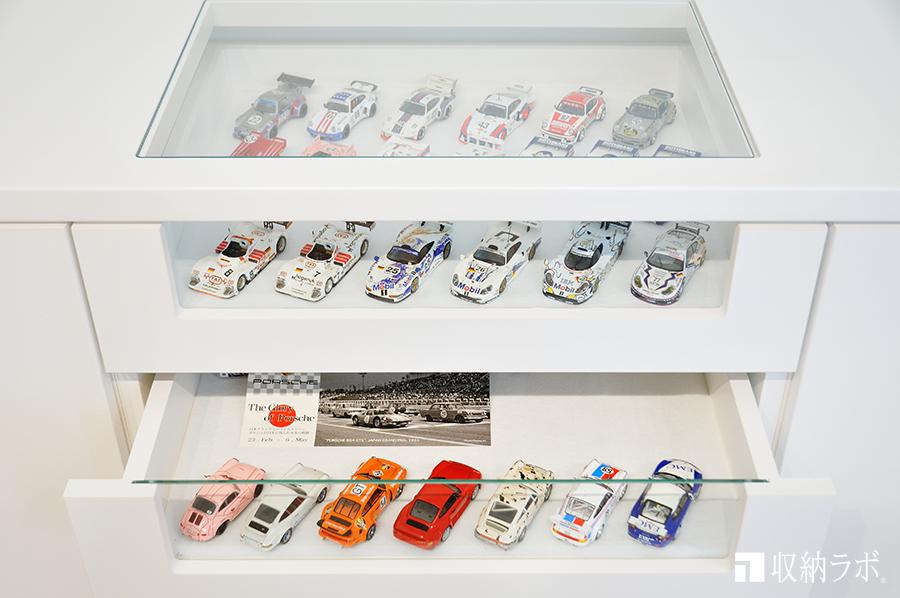 上下2段に分かれたコレクション用の飾り棚。