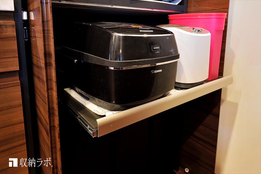 調理家電はスライド棚を使って機能的に収納。