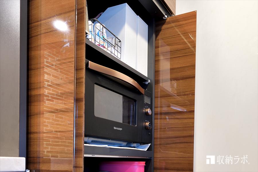 扉を開けたままでも、家事しやすい垂直に収納できる扉を採用。