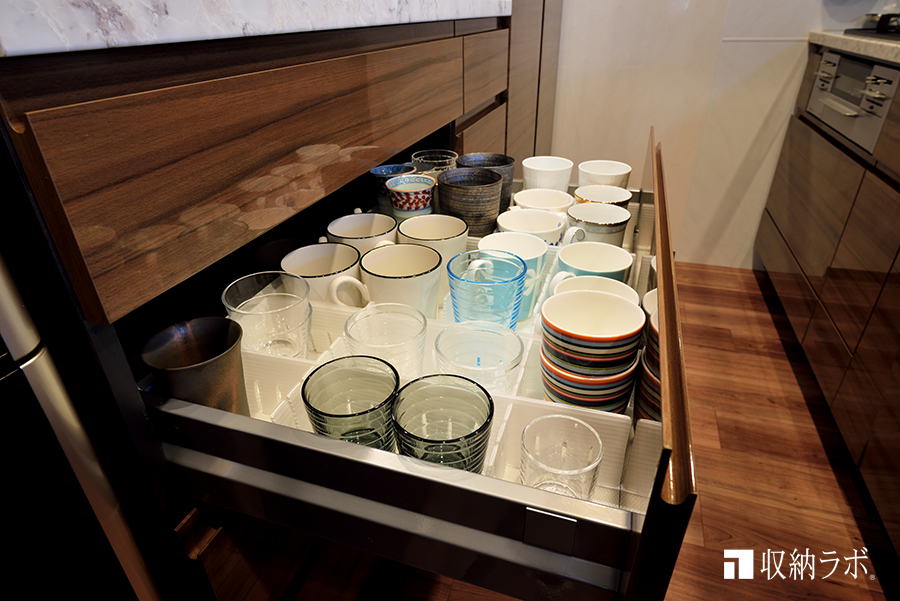 食器類は引き出しを使って収納。