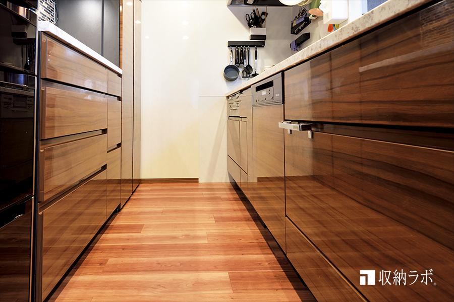 既存のキッチンと同じ素材を使ってオーダーメイドした食器棚。