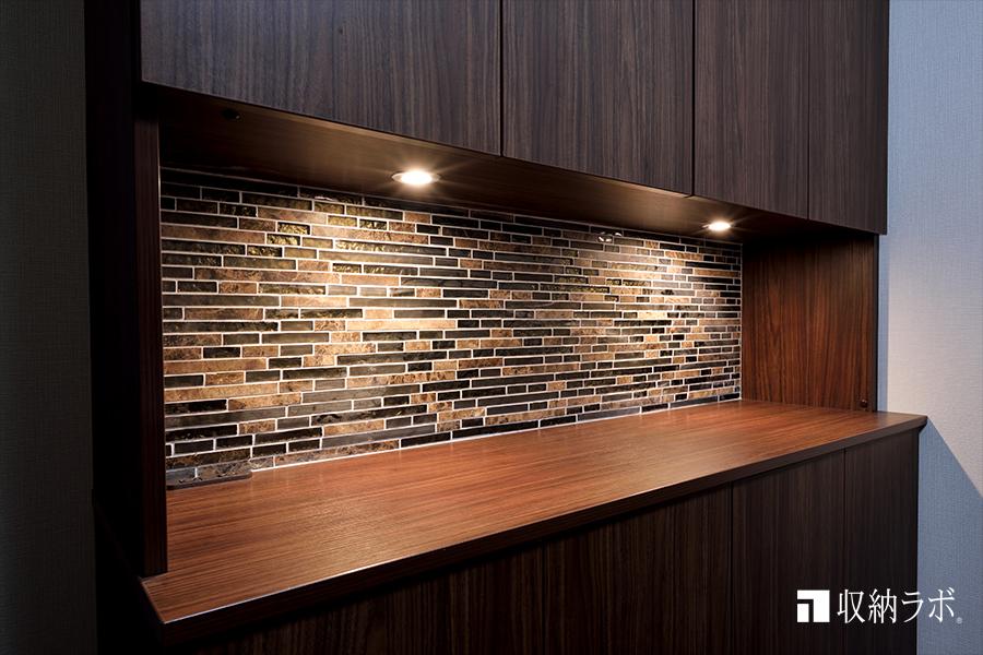 キッチン同様にモザイクタイルを背面に採用したカウンター。