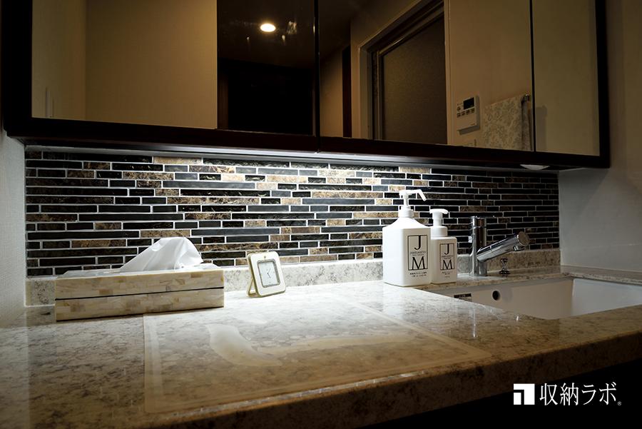 洗面台にもキッチンと同じモザイクタイルを採用。