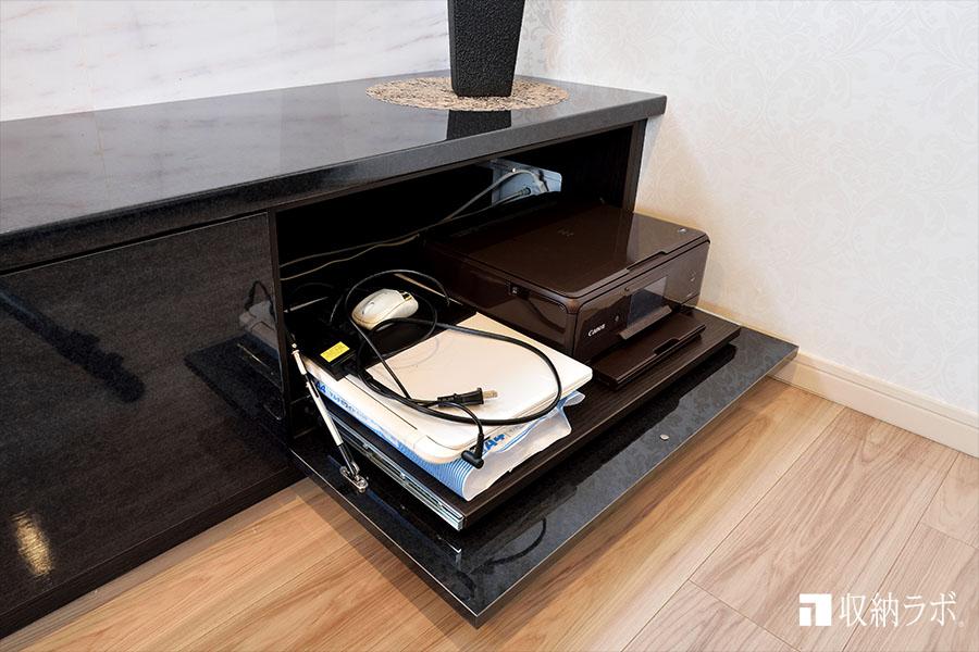 プリンターは、スライド棚を採用して機能的に収納。
