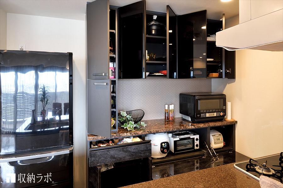 デザインと機能的な収納を両立したオーダーメイドの食器棚。