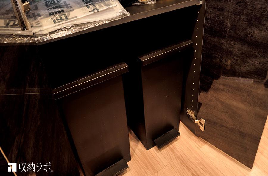 オーダーメイドの食器棚に作ったゴミ箱の収納スペース。
