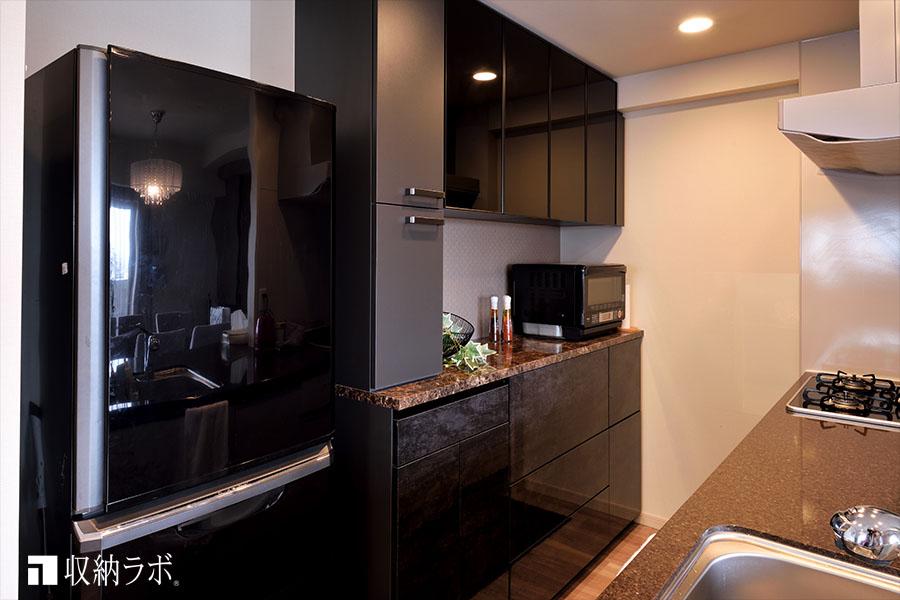 リビングのオーダー家具とコーディネイトしたオーダーメイドの食器棚。