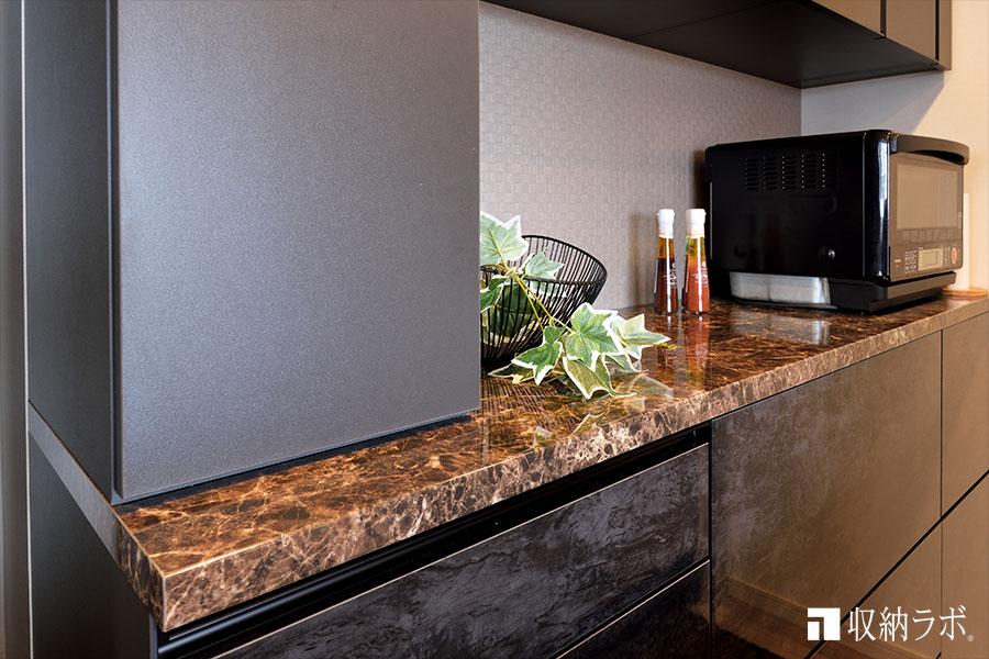 石目調の素材を採用したオーダーメイドの食器棚。