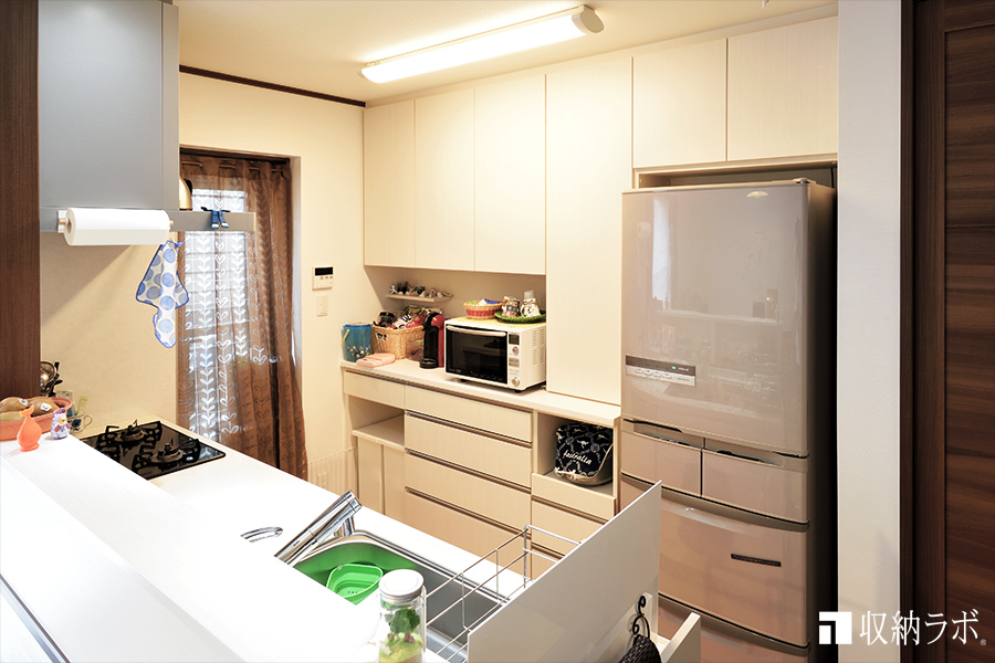 3年間、収納に悩んでいたキッチンを快適にしたオーダーメイドの食器棚。