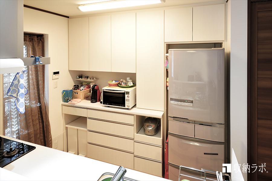 キッチンの収納不足を改善したオーダーメイドの食器棚。