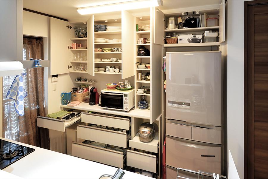 食器を収納するスペースを確保し、快適なキッチンを実現した、オーダーメイドの食器棚。