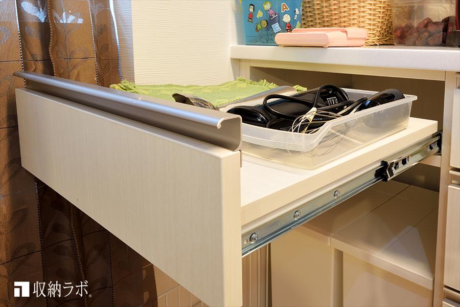 スライド棚を利用した、便利な作業スペース。