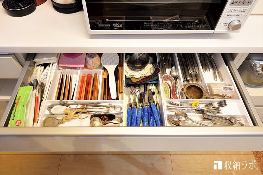 上段の引き出しには、カトラリーや箸、小物を収納。