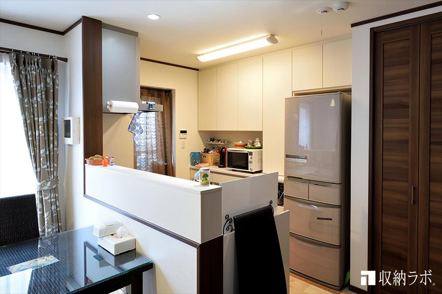 白い食器棚で、お部屋の雰囲気が明るくなりました。