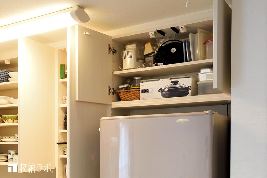 冷蔵庫上のデットスペースを有効活用。