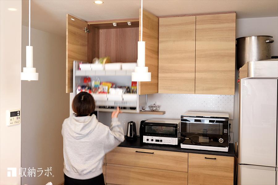 高い収納スペースを有効活用したリフターのついたオーダーメイドの食器棚