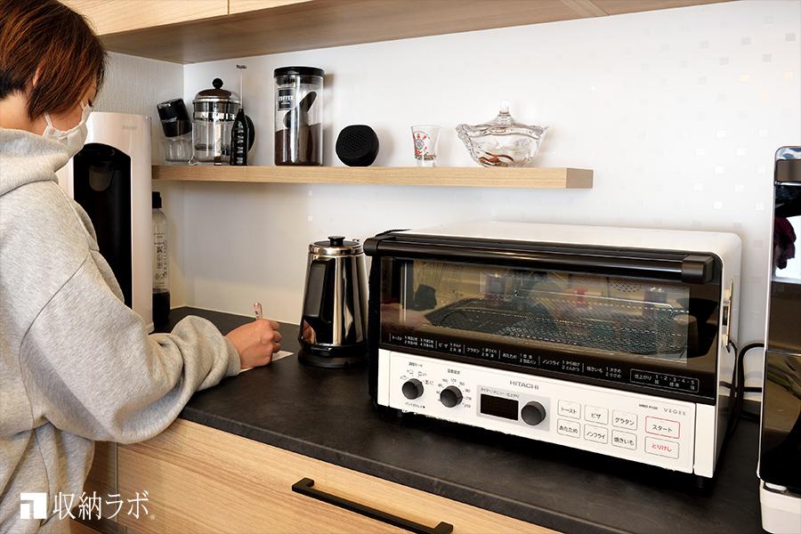高めに設計された食器棚のカウンターは、キッチンでの作業に快適