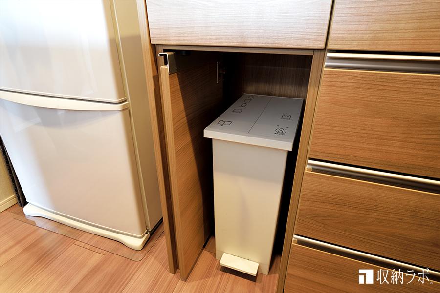 ゴミ箱の収納スペースは機能的。