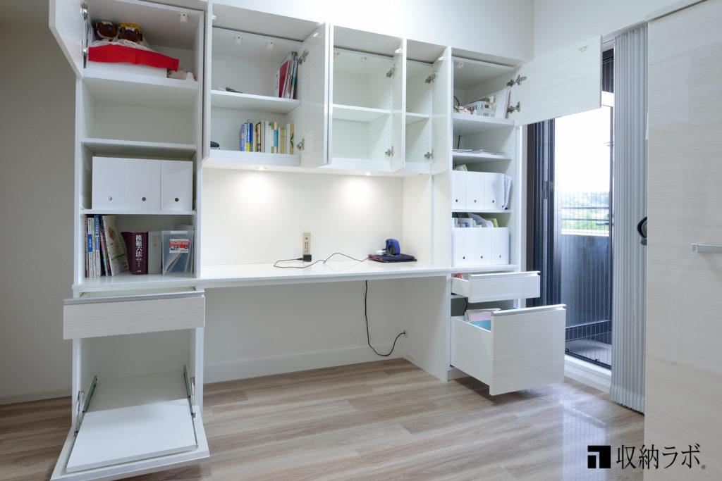 参考書や本の収納スペースを十分に確保したオーダーメイドの壁面収納