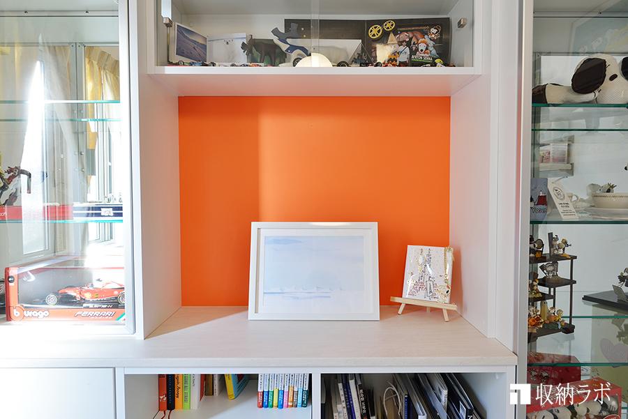 壁面収納のオレンジが目を見張る中央部分