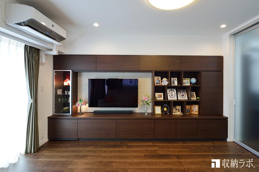見せる収納と隠す収納のバランスと質感にこだわったオーダーメイドの壁面収納。