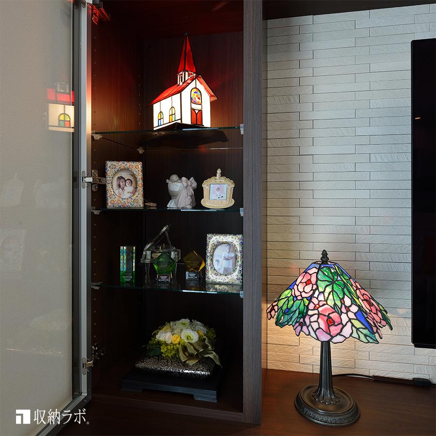 大切なステンドグラスのランプや記念写真を飾るための飾り棚