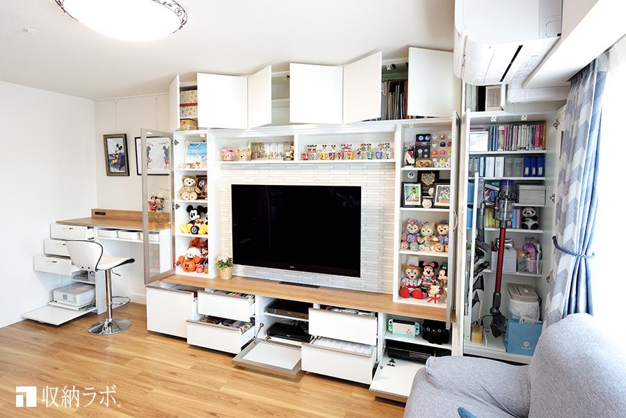 コレクションのための飾り棚と日用品のための収納スペース