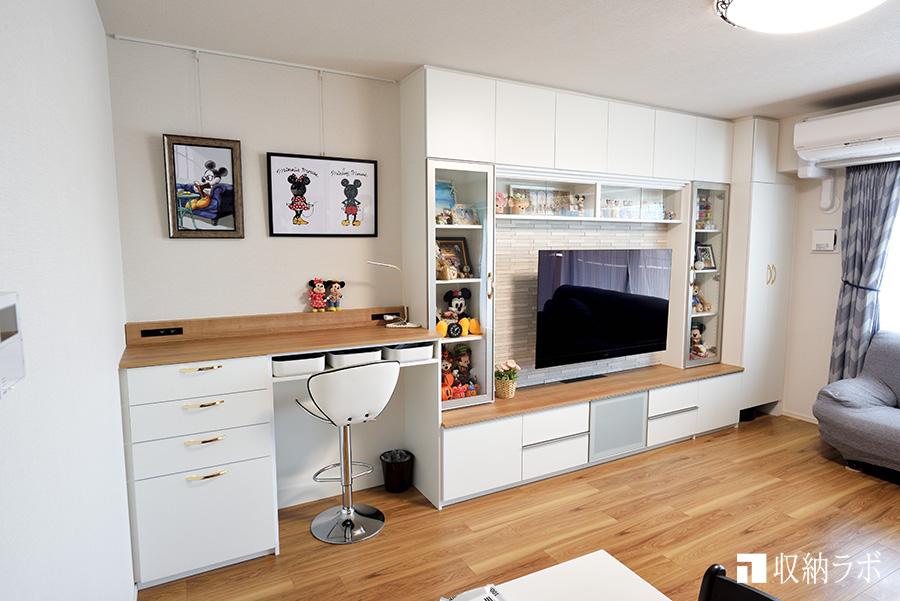 見せる収納と実用的な収納を一つにした壁面収納