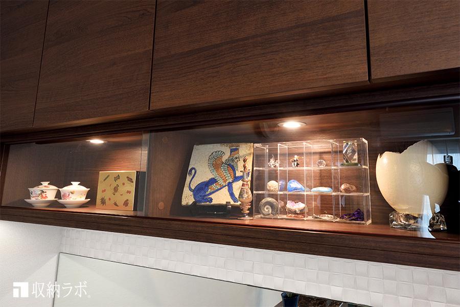 デスク付き壁面収納の飾り棚