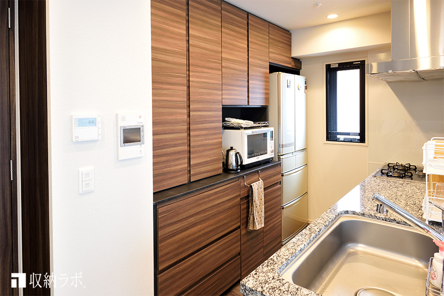 スッキリとしたキッチン周りを実現した食器棚