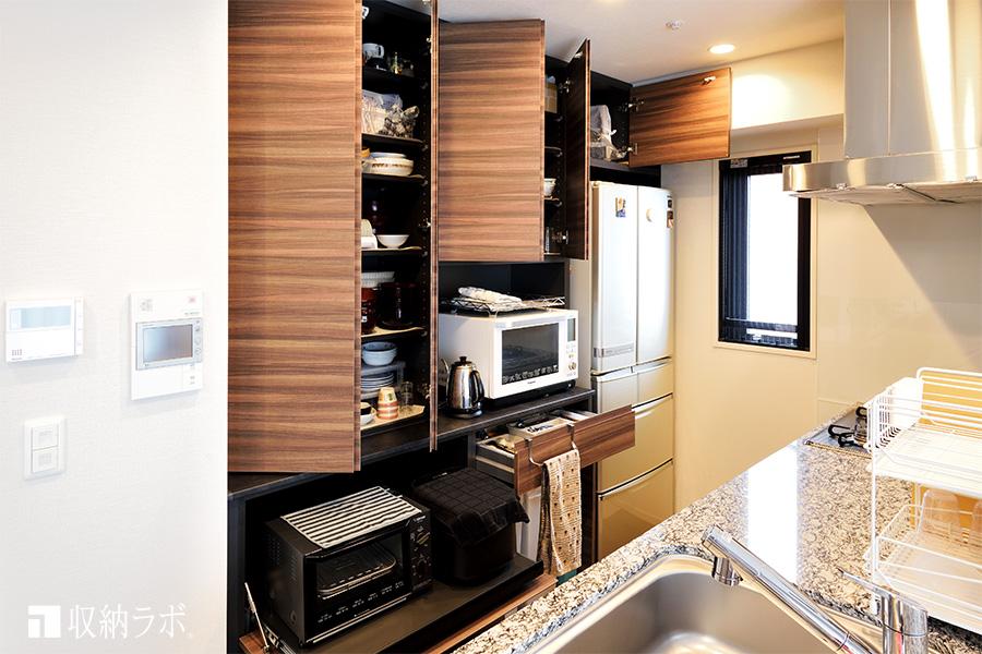 スッキリとしたキッチン周りを実現した食器棚の機能的な収納