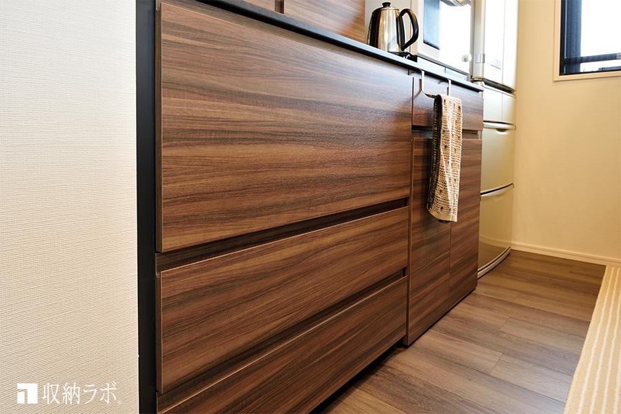 扉を閉めるとトースターも炊飯器もスッキリ収納