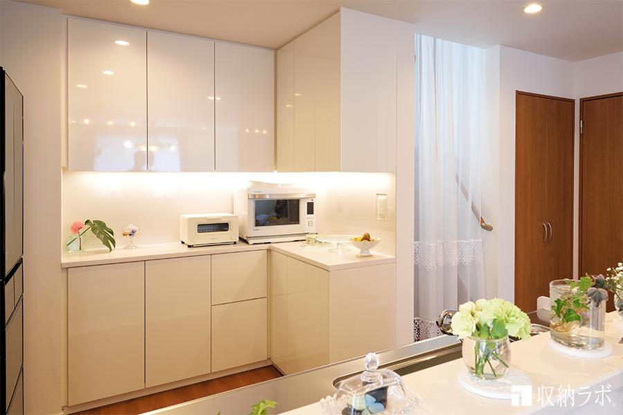 キッチンのスペースを有効活用したL字の食器棚