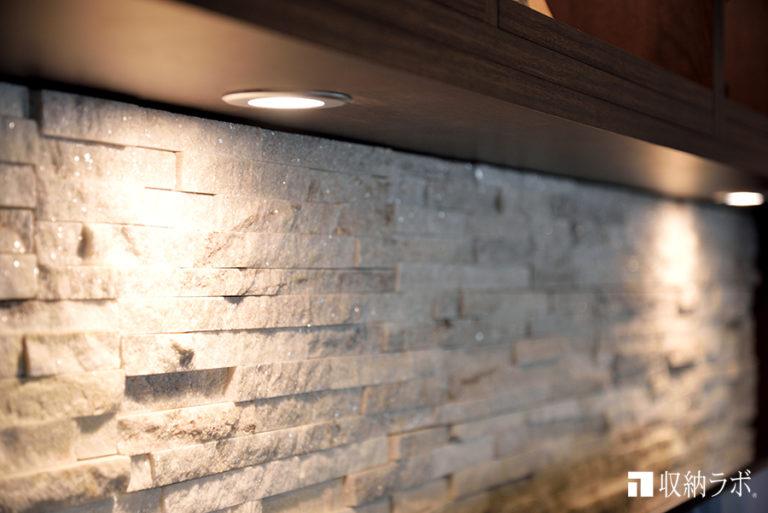 石材の質感を引き立てる間接照明