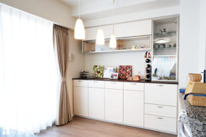 コレクションが飾れる明るいダイニングを実現したオーダー家具。