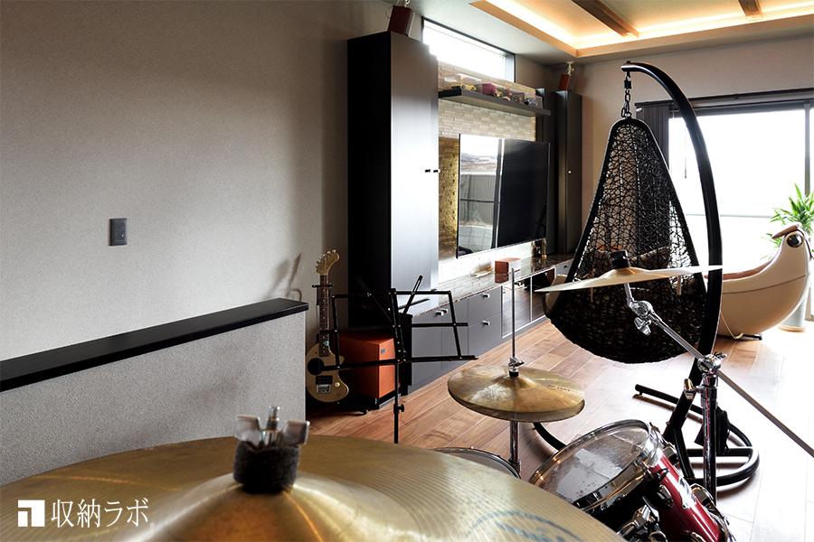 趣味の楽器が置いてあるリビング