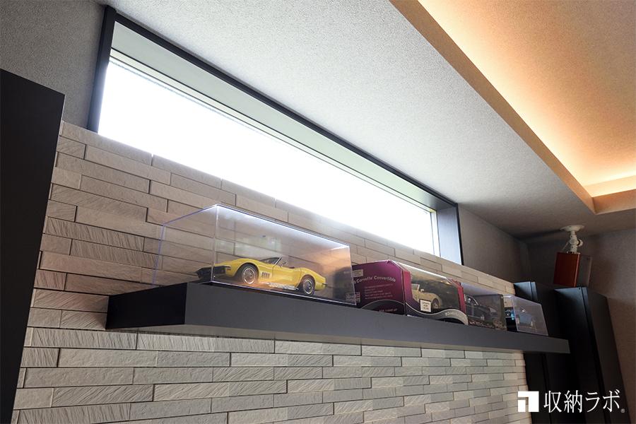 窓を利用した明るい飾り棚