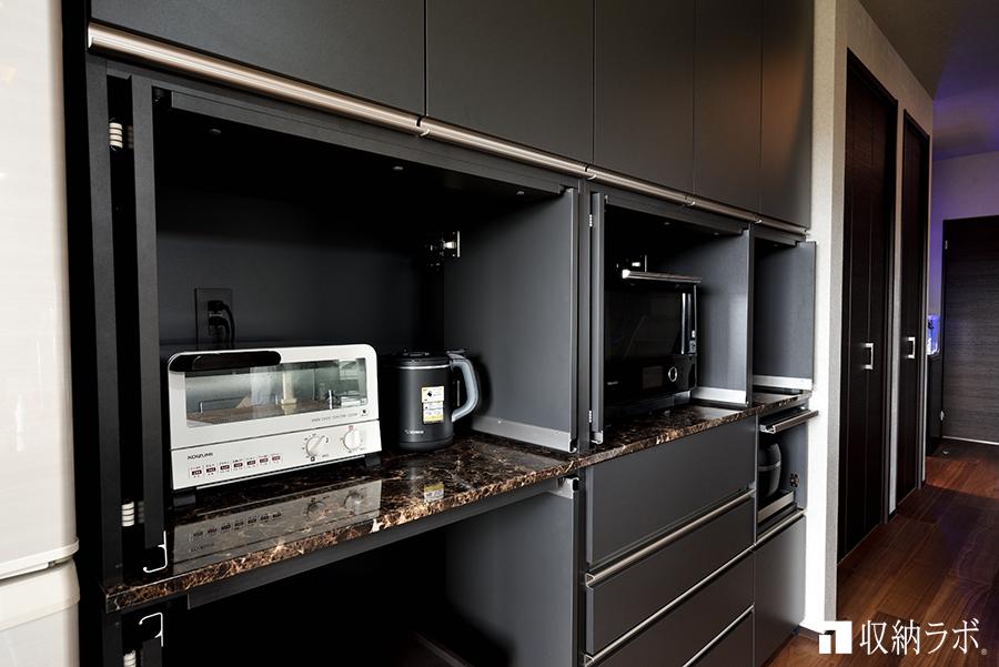 家具の内側へ垂直に格納できる収納扉を採用