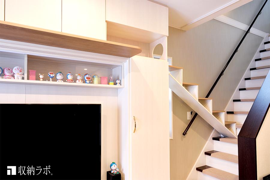 猫用の階段を取り付けた状態の壁面収納。