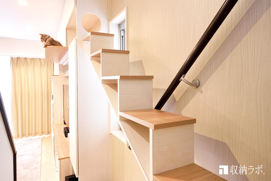 壁面収納に取り付けた猫用の階段