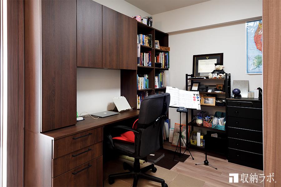 本棚とデスクが一体になった、オーダーメイドのデスク付き壁面収納