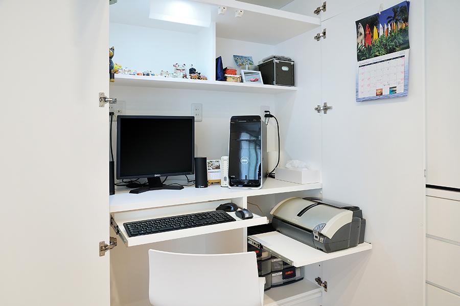 電子機器を機能的に収納する、壁面収納に組み込んだデスクスペース。