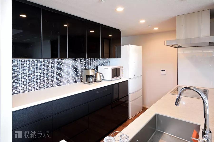 モザイクタイルで装飾したデザイン性の高い食器棚