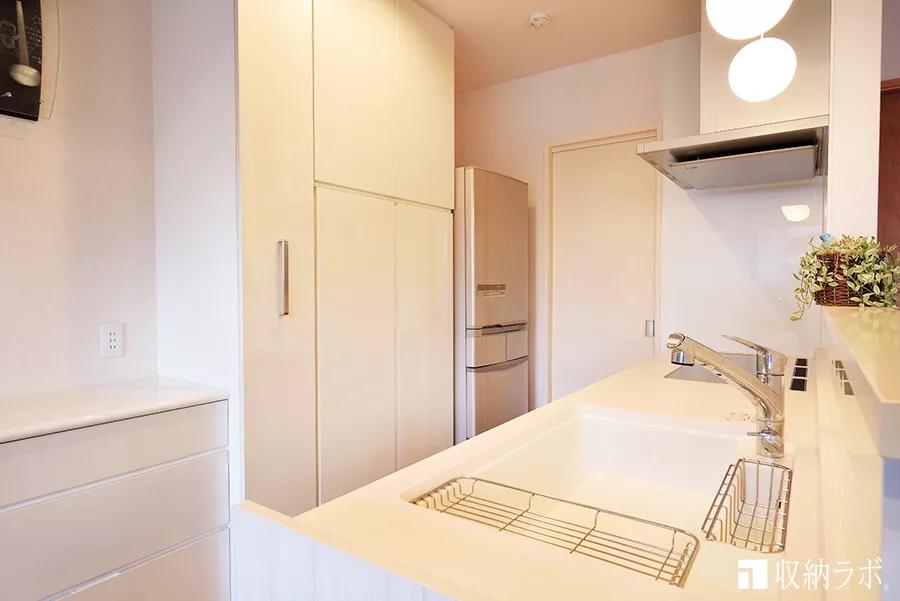 キッチンの限られたスペースを有効活用する食器棚