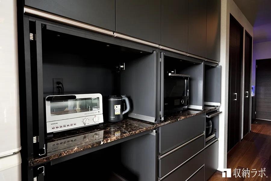 調理中には扉を開けたままでも邪魔にならない収納扉を採用した食器棚