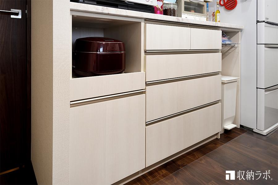 収納不足の間取りを解消したオーダーメイドの食器棚の収納スペース