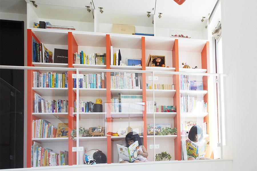 インテリアのアクセントカラーを取り入れたデザインの本棚
