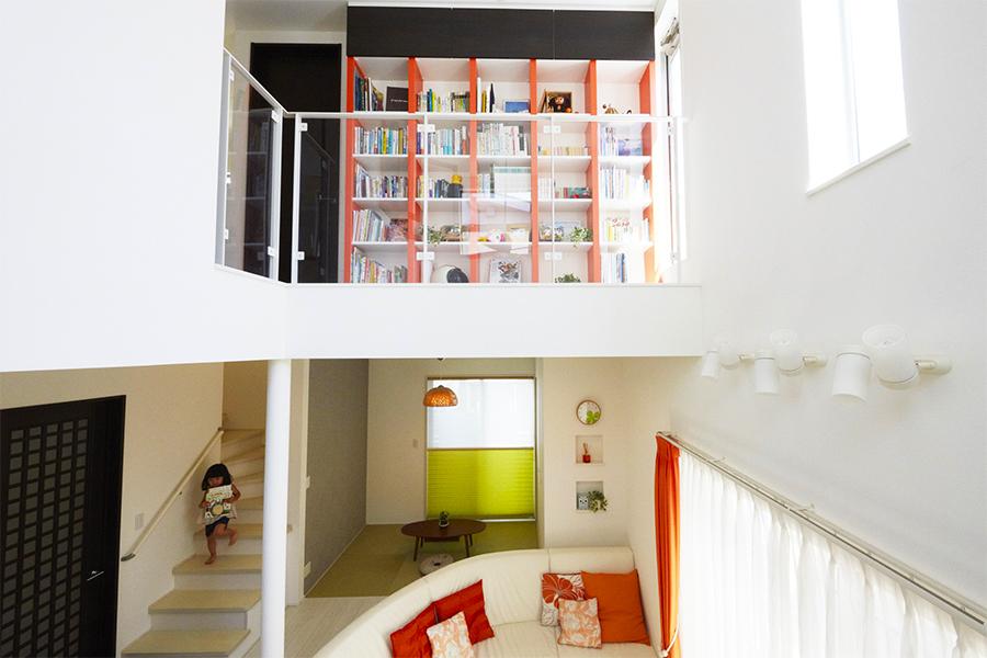 お部屋全体のインテリアと統一感のあるデザインの本棚