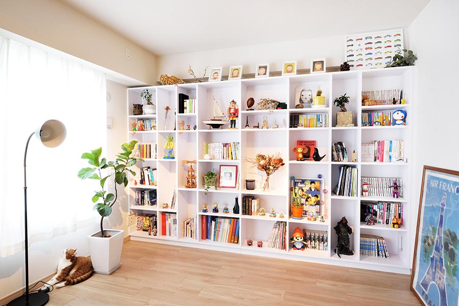 趣味のアイテムも飾れる本棚